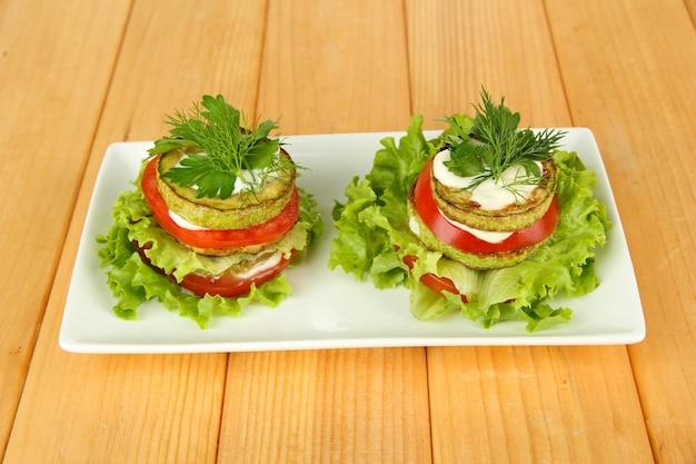 Smakelijke geroosterde merg en tomatenplakken met slablaadjes