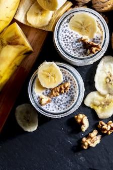 Smakelijke, gezonde en verfrissende chiazaadpudding met verse bosbessen en muntblaadjes.