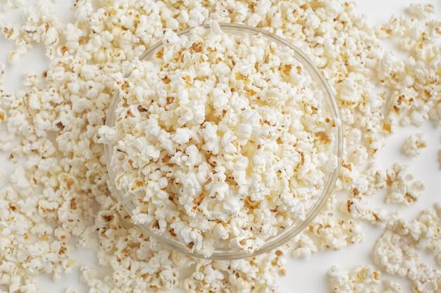 Smakelijke gezouten popcorn in kom