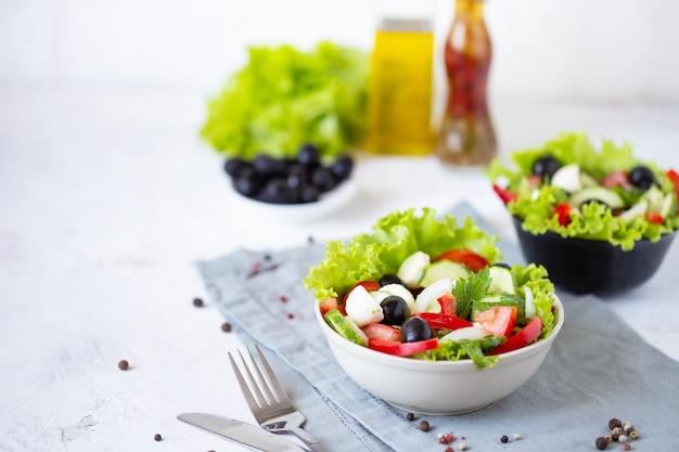 Smakelijke griekse salade in een bord op een tafel geserveerd
