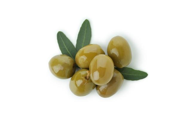 Smakelijke groene olijven geïsoleerd op een witte achtergrond
