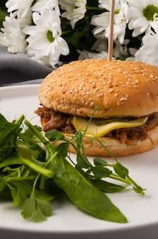 Smakelijke hamburger met gekookt rundvlees courgette en augurk verticale frame