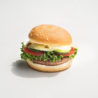Smakelijke hamburger op grijze achtergrond
