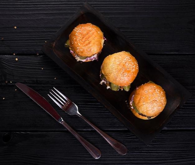 Smakelijke hamburgers met een hoge hoek, klaar om te worden geserveerd