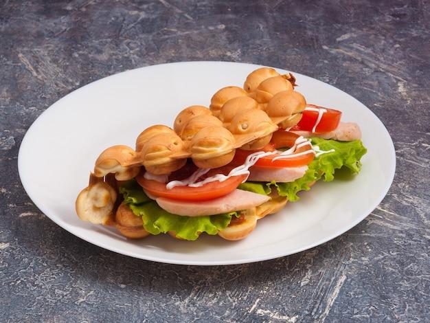 Smakelijke hong kong-wafel met ham en verse groenten