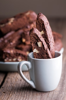 Smakelijke italiaanse biscotti-koekjes in een kopje koffie