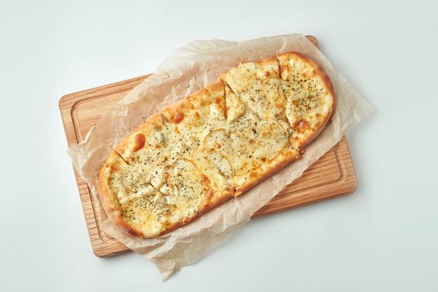 Smakelijke italiaanse pizza 4 kaas met peer op een houten dienblad op een grijze lijst. bovenaanzicht. italiaanse keuken