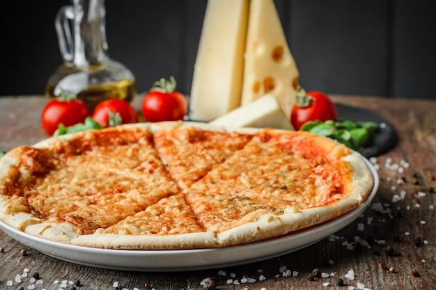 Smakelijke italiaanse pizza en ingrediënten