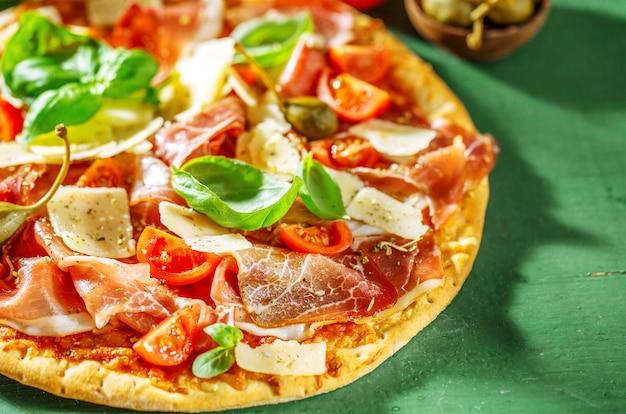 Smakelijke italiaanse pizza met prosciutto