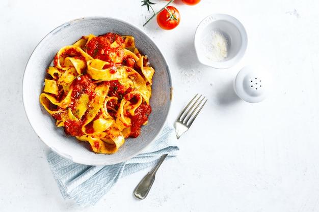 Smakelijke italiaanse pizza met tomatensaus en parmezaanse kaas