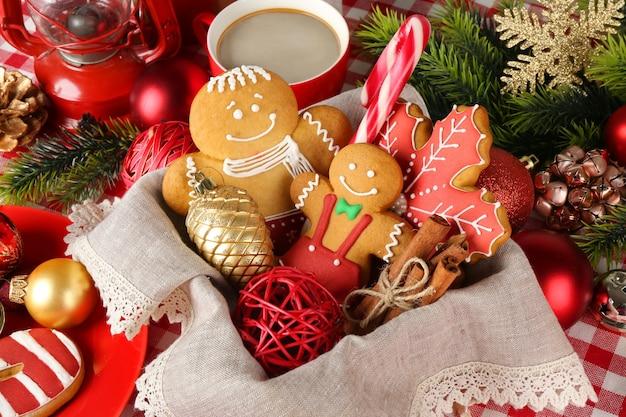 Smakelijke kerstkoekjes in mand, close-up