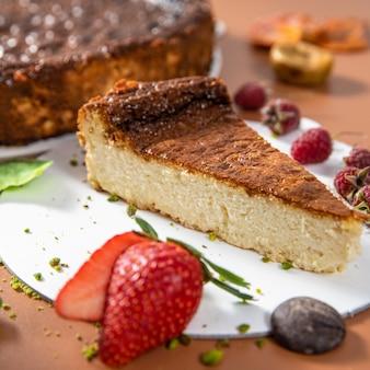 Smakelijke kleurrijke chocoladetaart met aardbei close-up