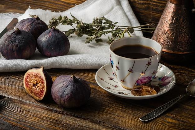 Smakelijke koffiepauze met rijpe en sappige vijgen