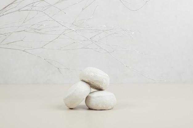 Smakelijke kokoskoekjes op beige oppervlak