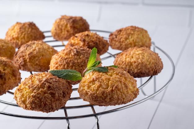 Smakelijke kokosnotenkoekjes op koelrek, close-upmening