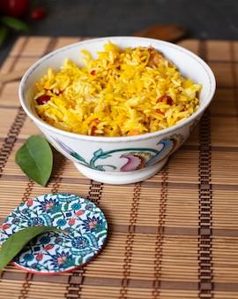 Smakelijke kom rijst met tomaten