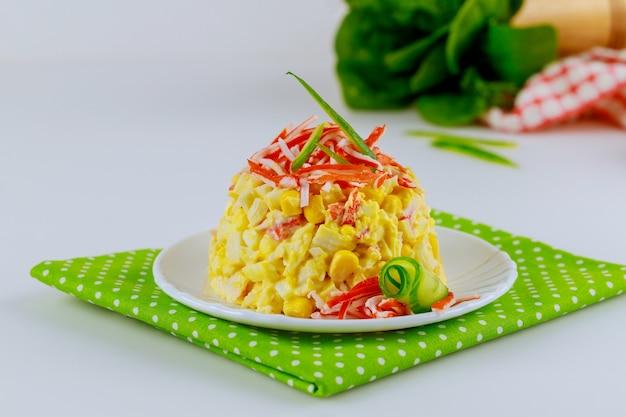 Smakelijke krabsalade met maïs, komkommer en eieren