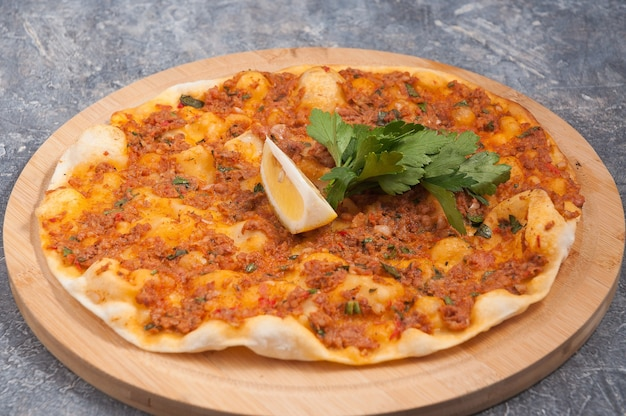 Smakelijke lahmacun is een turks gerecht dat lijkt op een pizza