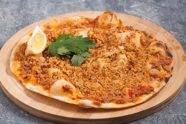 Smakelijke lahmacun met walnoten is een turks gerecht vergelijkbaar met een pizza