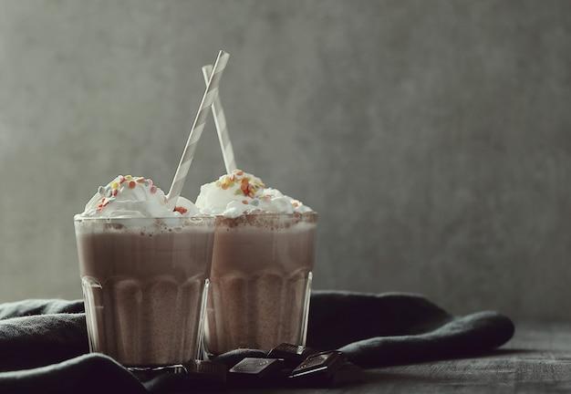 Smakelijke milkshakedrank met stro