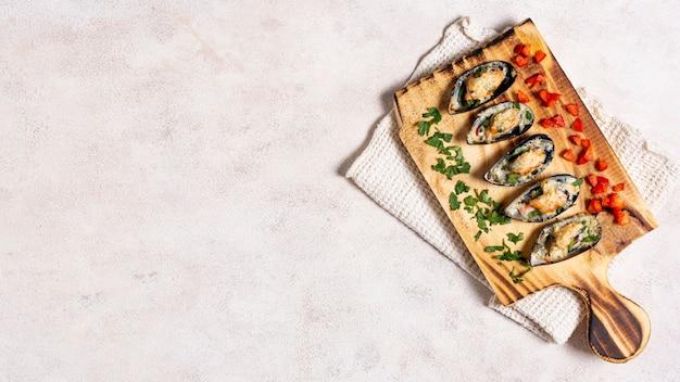 Smakelijke mosselschelpen op een houten bord