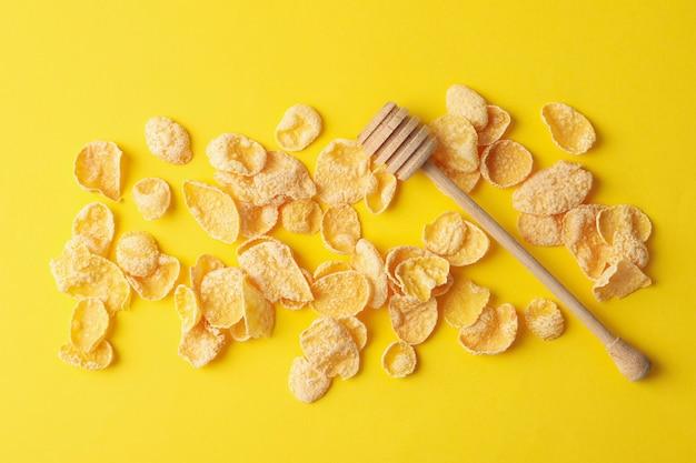 Smakelijke muesli en lepel op geel