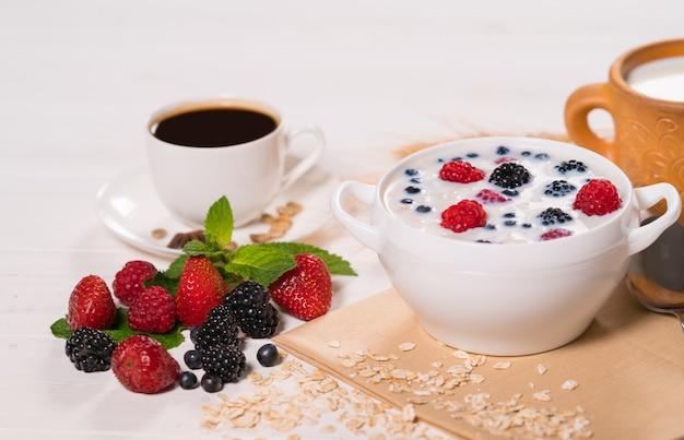 Smakelijke ochtendmaaltijd met ontbijtgranen en bessen