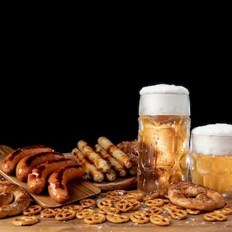 Smakelijke oktoberfest-snacks op een tafel