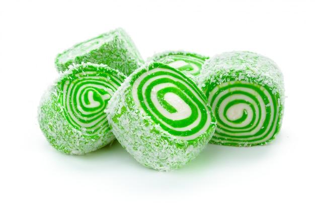 Smakelijke oosterse snoepjes die op wit worden geïsoleerd