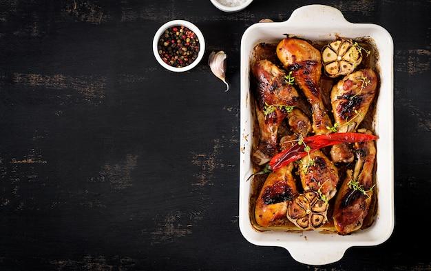 Smakelijke oven gebakken gouden kippentrommelstokken