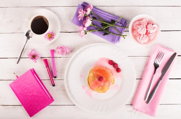 Smakelijke pannenkoeken met roze saus