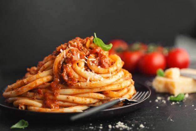 Smakelijke pasta bolognese met kaas en basilicum