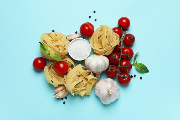 Smakelijke pasta koken op blauw oppervlak