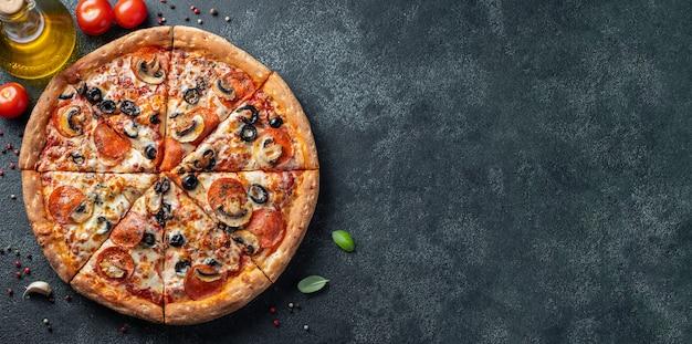 Smakelijke pepperonispizza met paddestoelen en olijven.