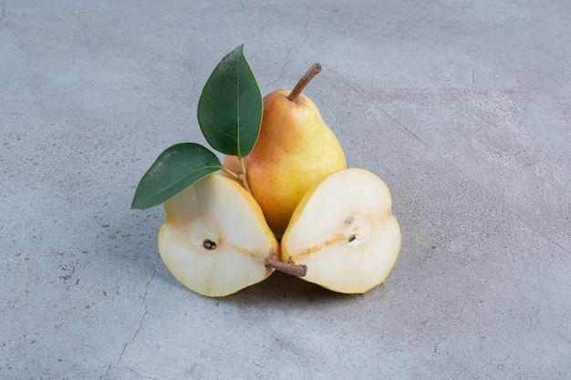 Smakelijke peren weergegeven op marmeren achtergrond.
