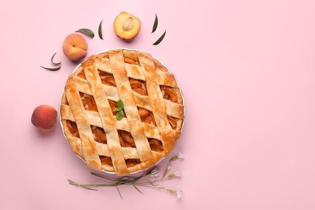 Smakelijke perziktaart op kleur achtergrond