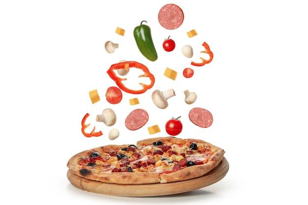 Smakelijke pizza en ingrediënten op wit wordt geïsoleerd