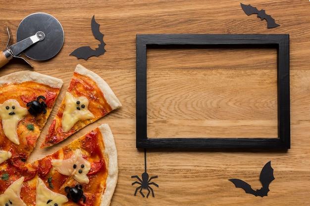 Smakelijke pizza met snijder en frame