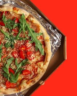 Smakelijke pizza op een gekleurd.