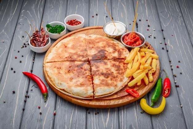 Smakelijke pizza op tafel gesloten op houten tafel