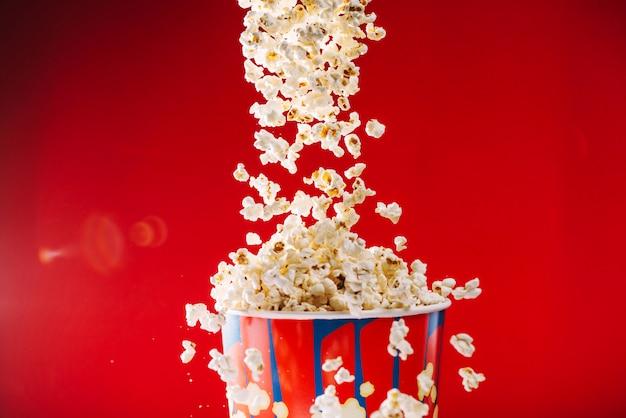 Smakelijke popcorn die van emmer vliegt