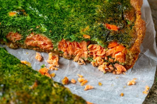 Smakelijke quichetaart met vis en spinazie