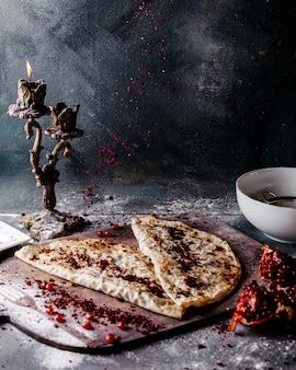 Smakelijke qutabs beroemde oost-vlees deeg op de bruine houten oppervlak en heldere oppervlak