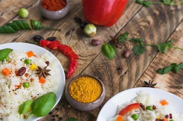 Smakelijke rijst met kruiden over verweerde ruwe textuur