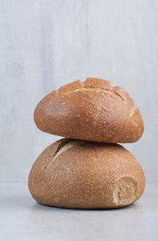 Smakelijke roggebroodjes op stenen oppervlak