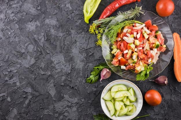 Smakelijke salade en ingrediënten lay-out met kopie ruimte