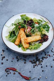 Smakelijke salade met gebakken kaas en kruiden