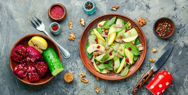 Smakelijke salade van groenten, fruit en vleestong. dieetvoeding.
