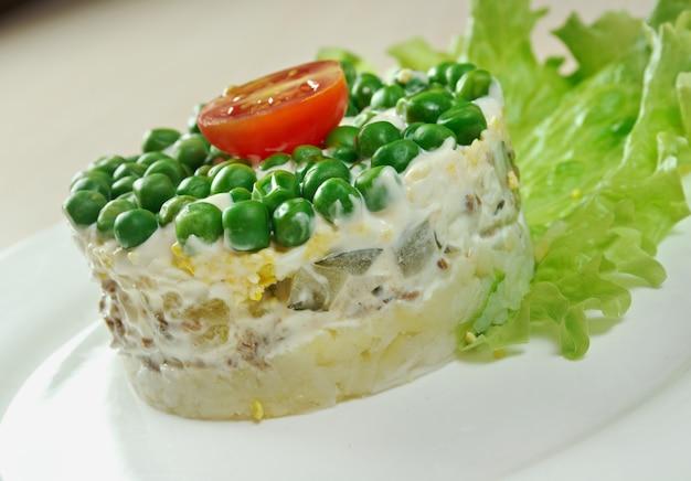 Smakelijke salade van rundertong met groente