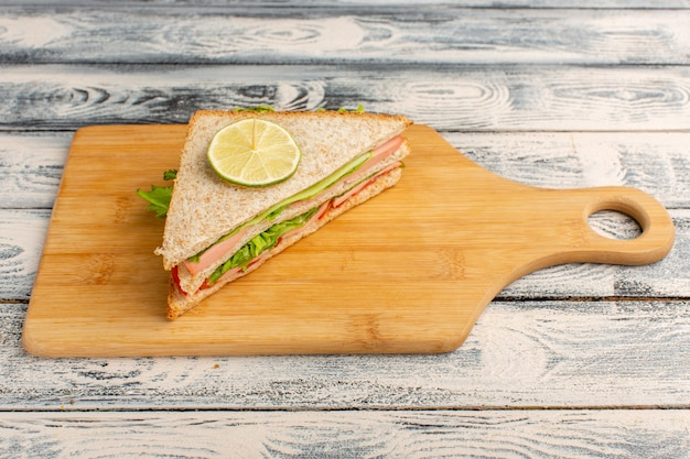 Smakelijke sandwich op grijs